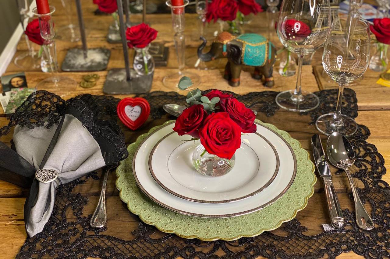 Mesa posta para recordar bons momentos no Dia dos Namorados
