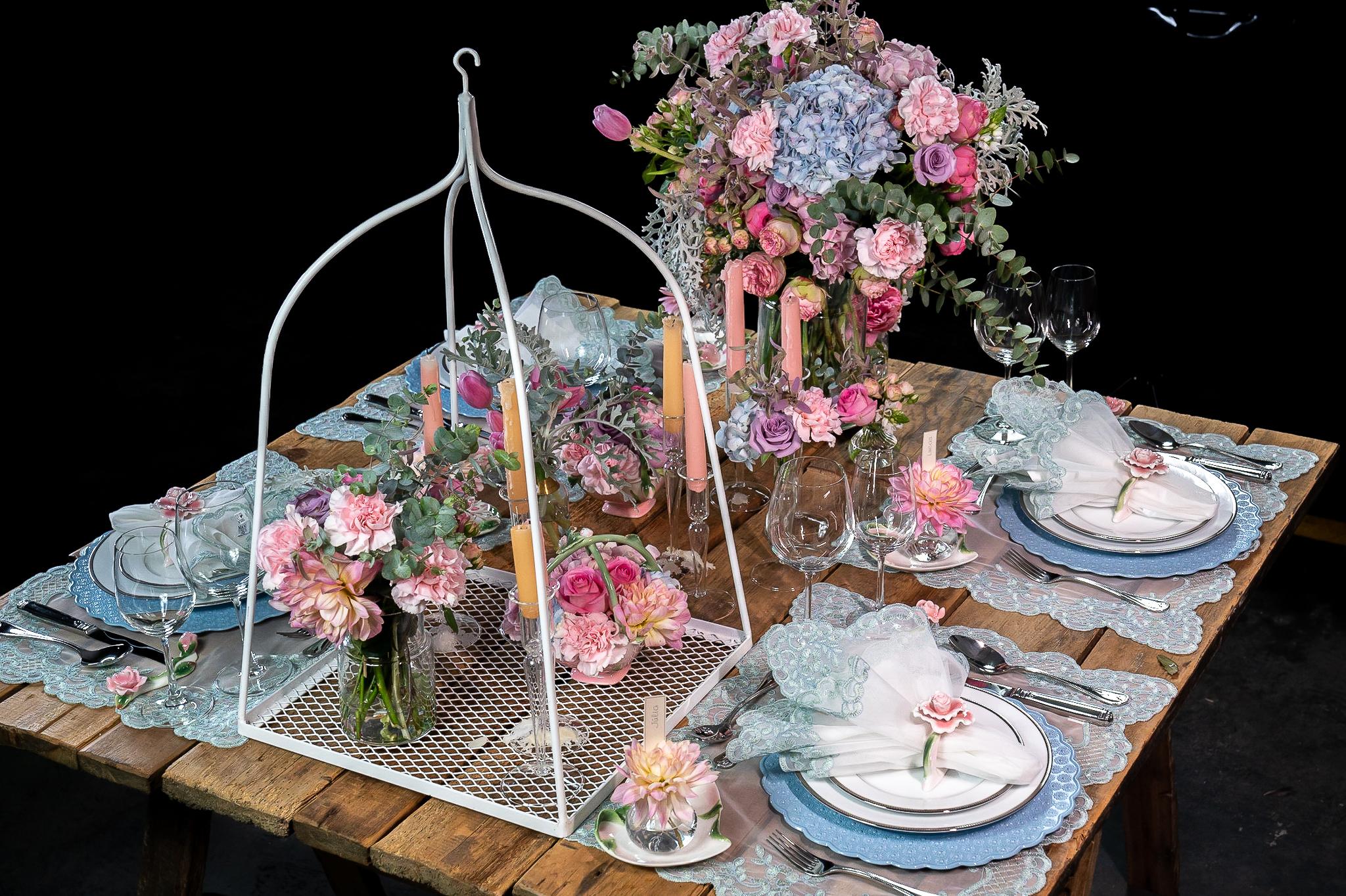 3 estilos de mesa posta com itens em porcelana